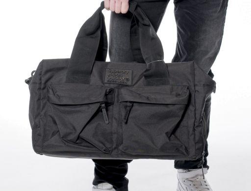 Superdry - Praktische Silicone Montana Reisetasche in schwarz